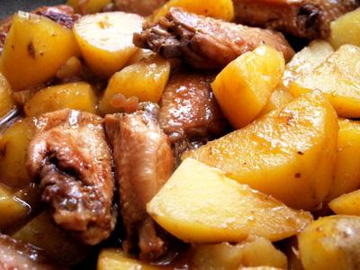 Cánh gà hầm khoai tây no căng bụng ngày cuối tuần