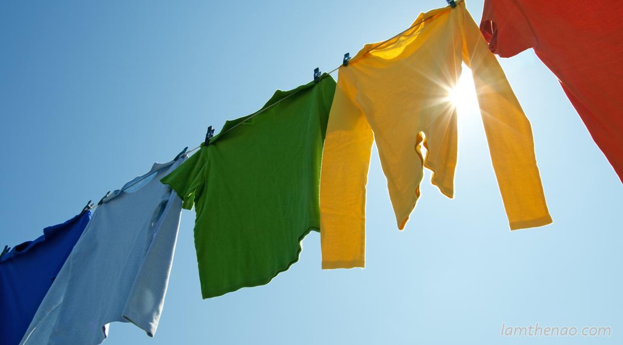 Cẩn thận khi rút quần áo phơi trong mùa hè