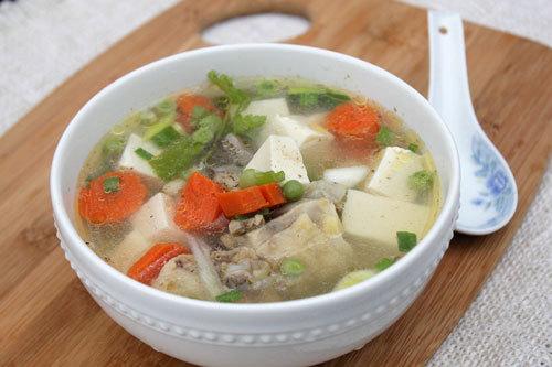 Ngon cơm với canh gà nấu đậu phụ và rau củ