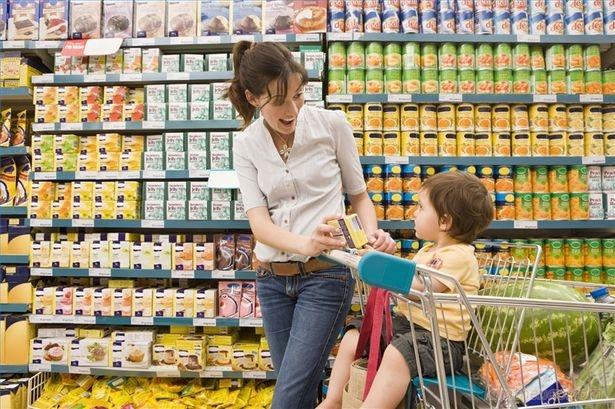 Mách mẹ cách ứng phó bé mè nheo khi đi siêu thị